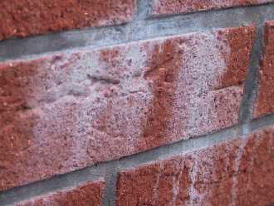 LIPEA - výkvět uhličitanu vápenatého z betonového jádra konstrukce/ vodou těžce rozpustný