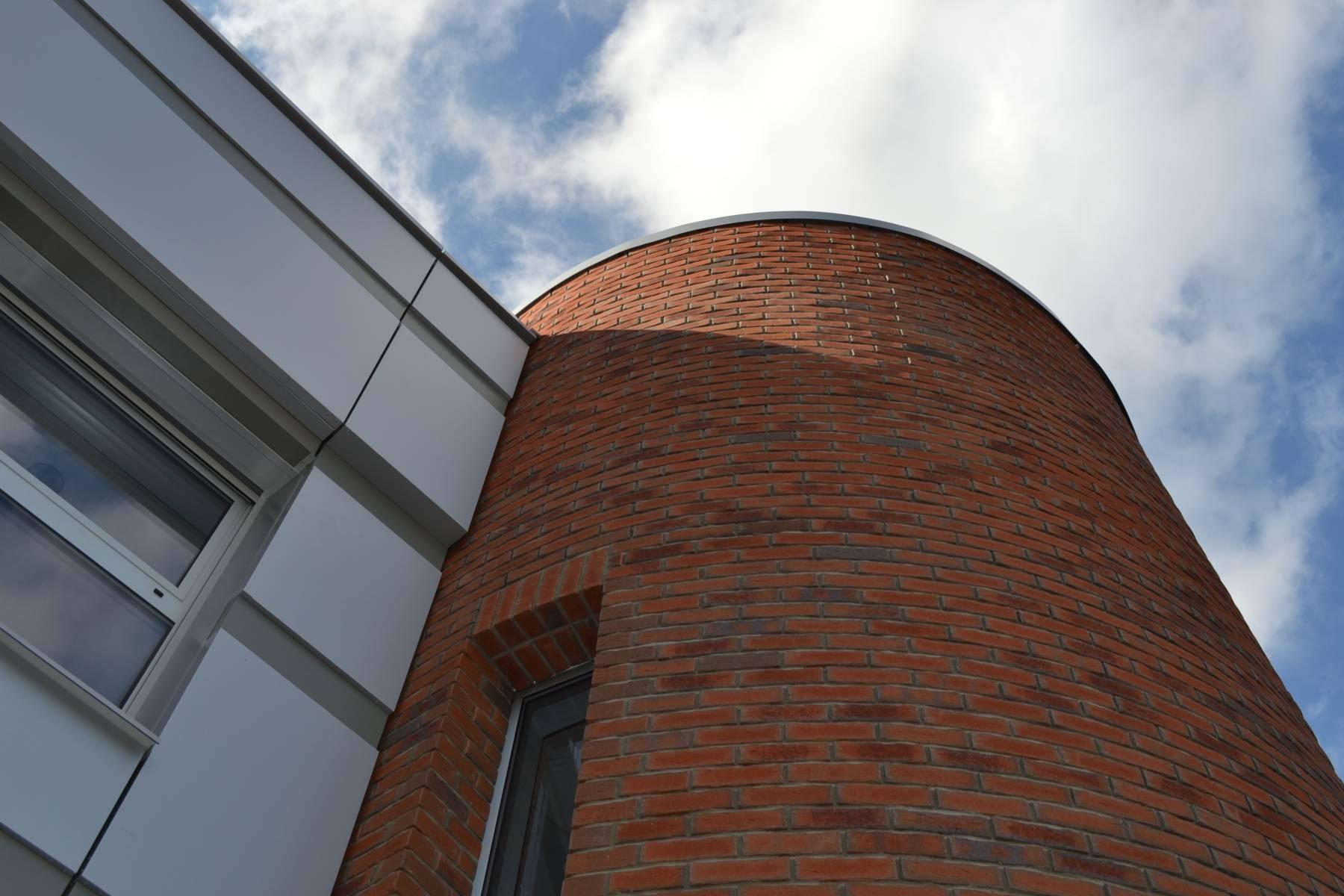 Lícové cihlové pásky od Lipea oživují architekturu školícího centra TOS Varnsdorf
