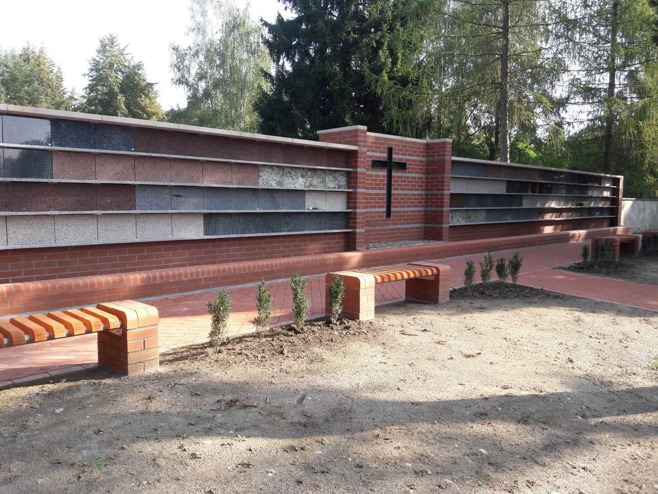 Lícové cihly a cihelná dlažba na rekonstrukci hřbitovní zdi v České Lípě