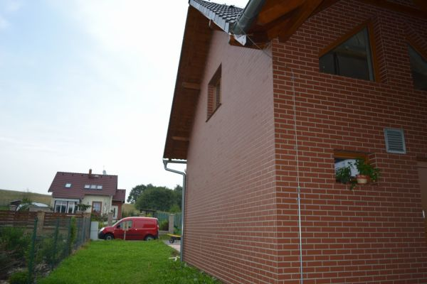 LIPEA - ukázka RD/ obkladový pásek Feldhaus Klinker R 400 carmesi liso /www.lipea.cz