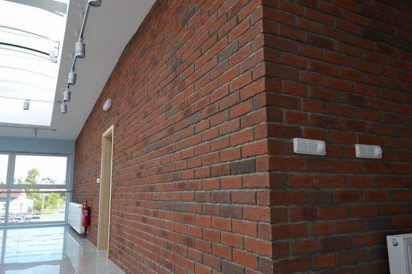 LIPEA - ukázka interiérů z cihlových pásků/ obkladový pásek Feldhaus Klinker R 698 sintra terreno bario/www.lipea.cz