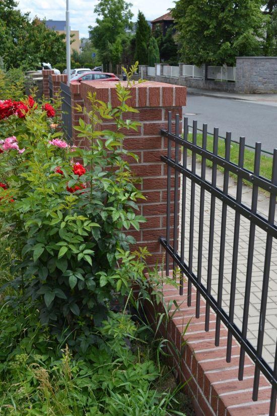 LIPEA - ukázka plotu/reference ploty/lícová cihla K 435 carmesi mana/www.lipea.cz