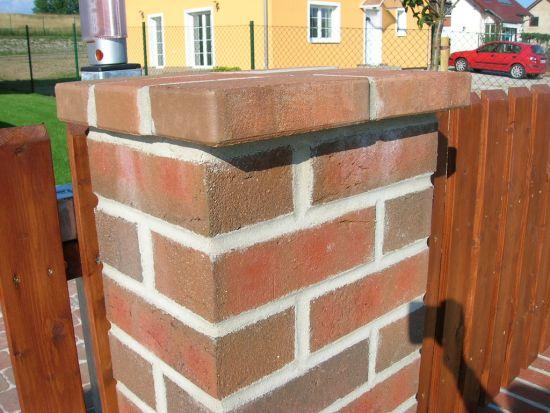 LIPEA - ukázka plotu/reference ploty/lícová cihla K 377 lava maron rustico/www.lipea.cz