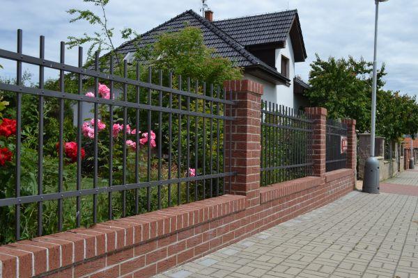 LIPEA- ukázka plotu z lícových cihel K 435 carmesi mana