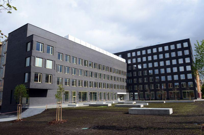 Lícová cihla JK 2420 020 Briljant Zwart/Masarykova univerzita informatiky a Ústavu výpočetní techniky CERIT, Brno/reference lícové cihly/ reference z cihliček/ cihlová fasáda/venkovní fasáda/moderní fasáda/lícové zdivo/