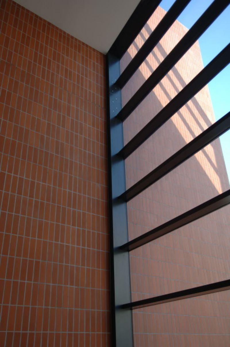 Obkladové pásky R 480 NF 9 terreno liso Feldhaus Klinker/ OC Atrium, Hradec Králové/ reference obkladové pásky/ reference z cihliček/ cihlová fasáda/venkovní fasáda/moderní fasáda/lícové zdivo/www.lipea.cz/ LIPEA