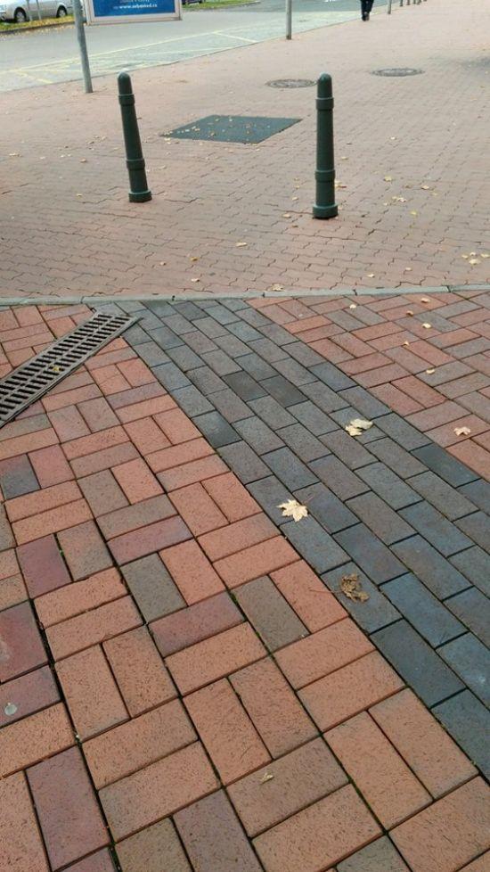 "Kontrast cihelné dlažby vúči betonové ""zámkovce"" (v pozadí)"